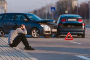 Bei einem Unfall auf dem Weg zur regelmäßigen Arbeitsstätte können erhebliche Krankheitskosten als Werbungskosten geltend gemacht werden.