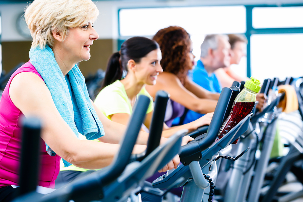 Ein vom Arbeitgeber finanziertes Fitness-Programm ist steuerfrei, wenn der monatlichwe Betrag unter 44 Euro liegt.